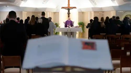 El Papa recomienda mirar a Cristo ensangrentado para superar los momentos oscuros