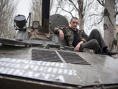 Un militar prorruso descansa sobre un tanque en Slaviansk, Ucrania.