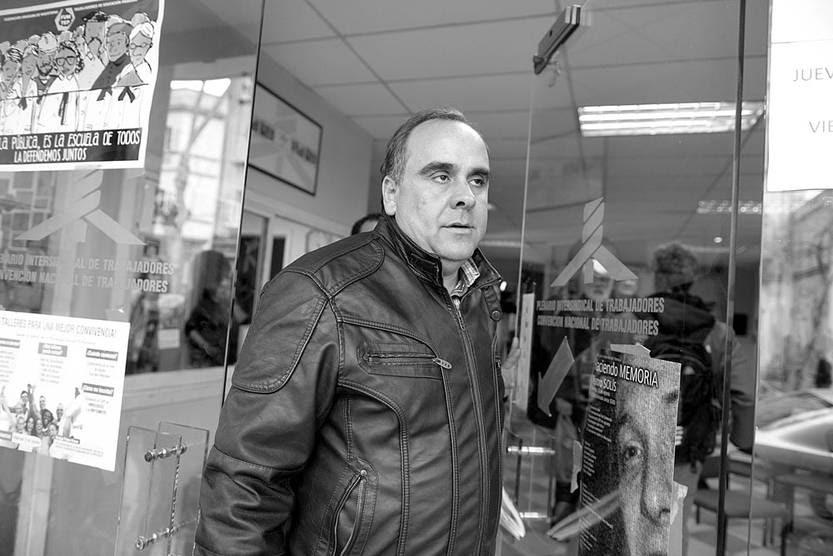 Joselo López se retira, ayer, de la sede del PIT-CNT. Foto: Santiago Mazzarovich