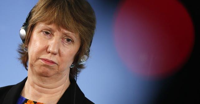 La Alta Representante de la Unión Europea, Catherine Ashton, escucha a los medios de comunicación antes de una reunión con el ministro de Relaciones Exteriores alemán, Frank-Walter Steinmeier, este sábado en Berlín.