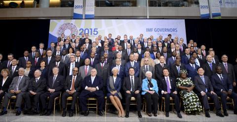 Foto de familia de los ministros de Finanzas y de los goebrnadores de bancos centrales que han participado en la reunión de primavera del FMI. REUTERS/Mike Theiler