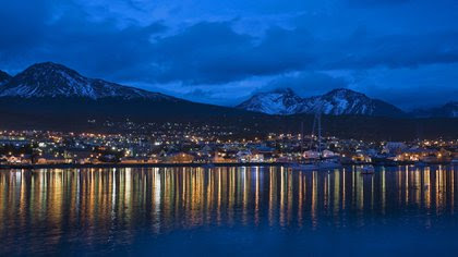 Una vista panorámica por la noche de Ushuaia(Shutterstock)