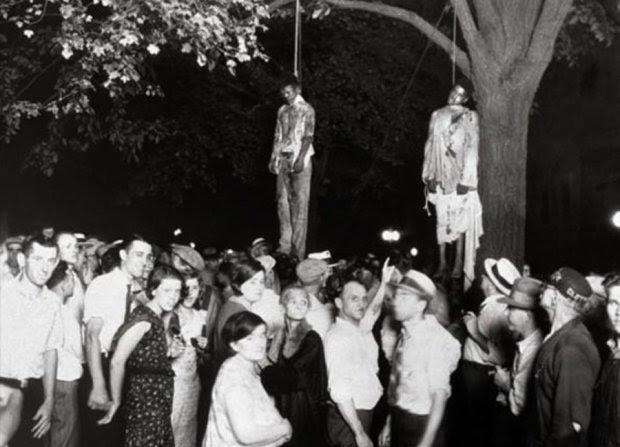 Ιντιάνα -7 Αυγούστου 1930: Ο Lawrence Beitler φωτογράφησε το λιντσάρισμα των δύο μαύρων, Thomas Shipp και Abram Smith, οι οποίοι κατηγορούνταν για το βιασμό ενός λευκού κοριτσιού. Πωλήθηκαν χιλιάδες αντίτυπα της φωτογραφίας του Beitler, η οποία έγινε καρτ-ποστάλ για να καταδείξει την υπεροχή των λευκών.