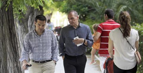 El primer ministro griego, Alexis Tsipras, y el titular de Finanzas, Yannis Varoufakis, dan un paseo por un parque de Atenas, este fin de semana. EFE