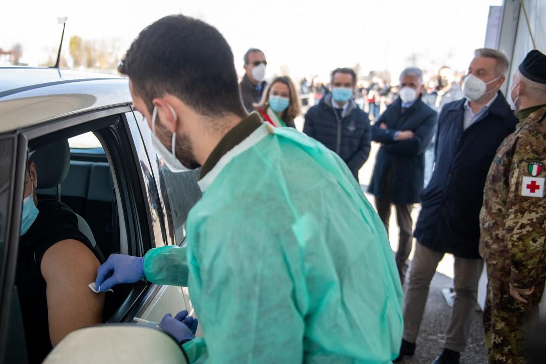 vaccinazioni drive through in via Novara, a Milano