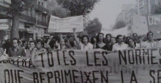 Empar Pineda, en el centro, en una manifestación por la libre sexualidad en Barcelona.-