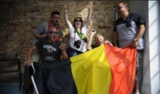 Animados, torcedores cegos vieram apoiar a seleção da Bélgica. Com a audiodescrição, a belga Joannie Beaufys vai aos jogos e fotografa.