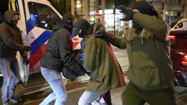 Manifestantes vão às ruas pelo terceiro dia contra toque de recolher na Holanda