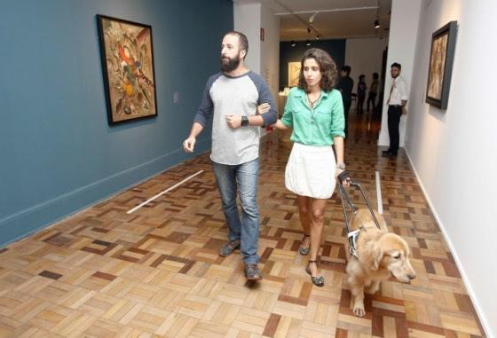 'O meu trabalho é tornar as exposições mais interativas', diz a mediadora mineira Camila Araújo
