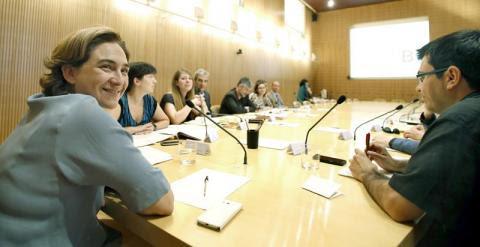La nueva alcaldesa de Barcelona, Ada Colau (i), ha presidido hoy la primera reunión de la comisión del gobierno municipal. EFE/Andreu Dalmau