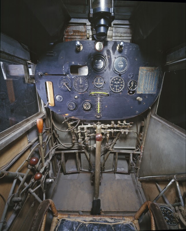 http://www.laboiteverte.fr/21-cockpits-davions/02-cockpit-avion-spirit-saint-louis/
