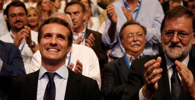 Pablo Casado recibe el aplauso de Mariano Rajoy y de los compromisarios del PP, tras su elección como presidente del partido conservador. REUTERS/Javier Barbancho