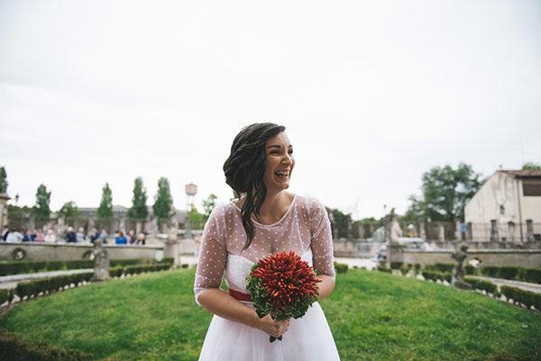 sposa anni 50 con bouquet di peperoncini