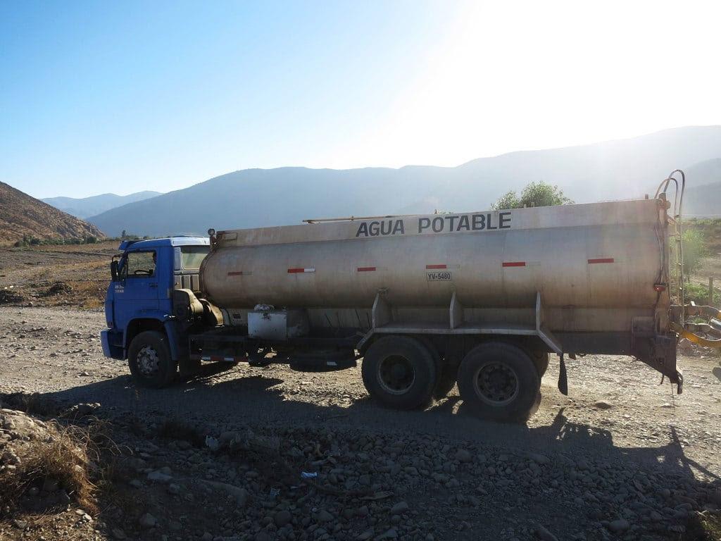 Un camion cisterna che trasporta l'acqua potabile agli abitanti di Cabildo, nella provincia di Petorca, Cile, aprile 2017. - Alice Facchini