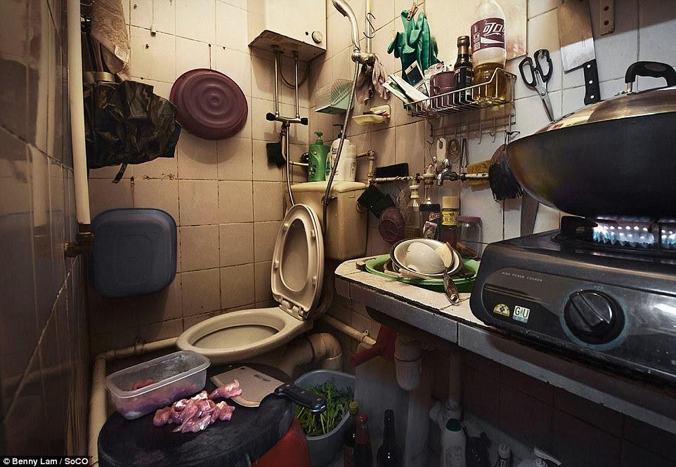 Một bồn rửa, hob, toilet và thớt tất cả trong vòng gần nhau trong một căn hộ nhỏ Hồng Kông
