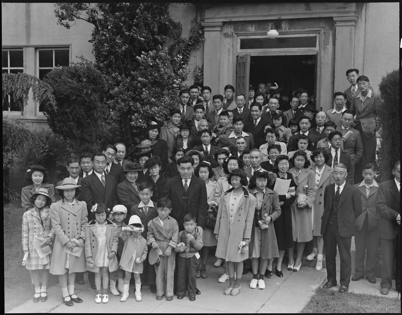 http://upload.wikimedia.org/wikipedia/commons/thumb/1/16/Oakland%2C_California._Members_of_the_Japanese_Independent_Congregational_Church_attend_Easter_servic_._._._-_NARA_-_536048.tif/lossy-page1-1280px-Oakland%2C_California._Members_of_the_Japanese_Independent_Congregational_Church_attend_Easter_servic_._._._-_NARA_-_536048.tif.jpg