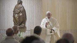 Papa Misa Casa Santa Marta ángeles custodios trascendencia