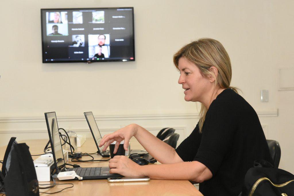 La presidenta de la comisión de Producción, Verónica Irizar, coordina la reunión semi virtualldesde el anexo Alfredo Palacios