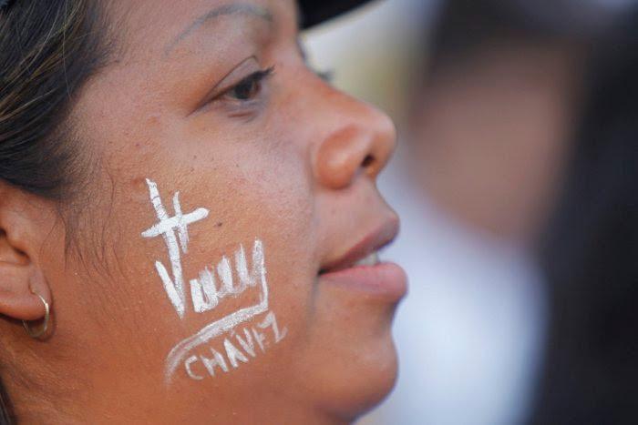 Mujer con la firma de Chávez en la cara