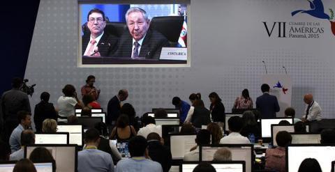Periodistas escuchan el discurso del presidente de Cuba, Raúl Castro, en la sala de prensa durante la sesión plenaria de la VII Cumbre de jefes de Estado y de Gobierno de las Américas. EFE/Alejandro Ernesto