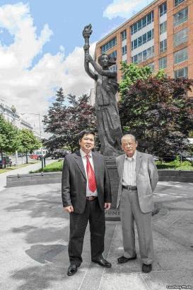Tiến sĩ Cù Huy Hà Vũ và Nhà báo Bùi Tín tại tượng đài tưởng niệm nạn nhân Cộng Sản.  (Hình: Nguyễn Quốc Khải -  BVCV sưu tầm từ https://www.facebook.com/diradid0/posts/753717677982366:0)