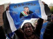 Una mujer sostiene una bandera con la imagen del presidente de Bolivia, Evo Morales.