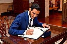 Katari befektetési emír titkár, Mohammed bin Hamad bin Khalifa Al Thani sejk írja alá Tillerson titkár vendégkönyvét washingtoni találkozójuk előtt (35305317066) .jpg