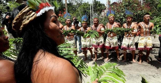 Fotografía de archivo fechada el 10 de abril de 2018 que muestra a indígenas huitotos durante un ritual en Leticia (Colombia).-EFE