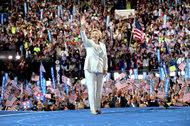Hillary Clinton saludó a la multitud de la Convención Nacional Demócrata cuando aceptó la nominación presidencial este jueves.