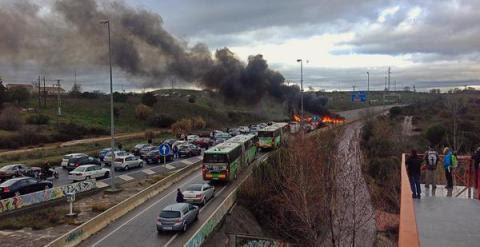 La N-607 cortada por una gran barricada, cerca de la UAM./ Foto vía Twitter @juancarlosmohr
