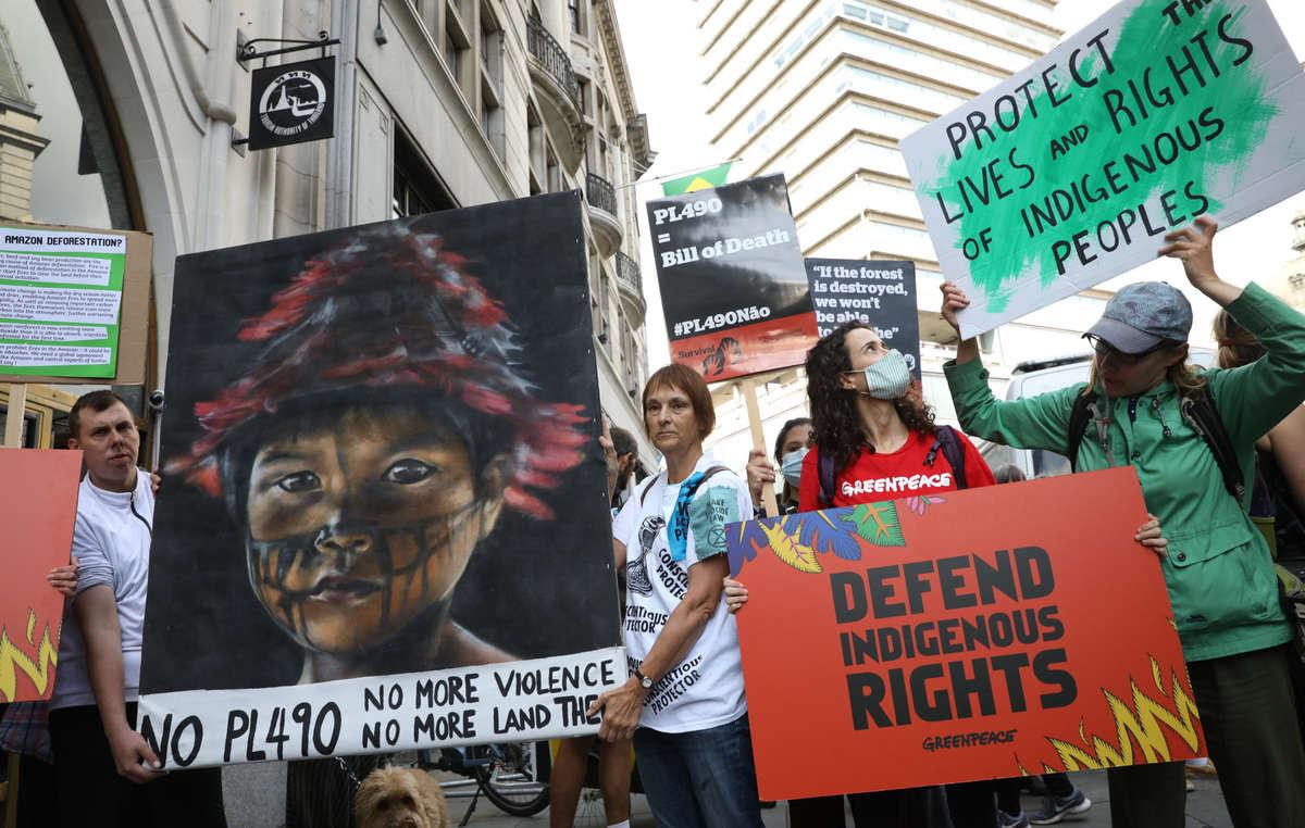 Protesta frente a la Embajada de Brasil en Londres el día en que el Tribunal Supremo comienza a dictar sentencia sobre la 'Trampa del Marco Temporal'.