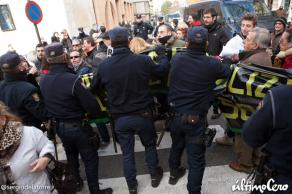 ¿Los concentrados intentando romper el cordón policial? ¿No será al revés?