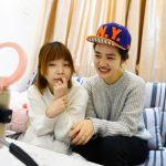 Le 9 novembre 2016, Miffy, une vendeuse chinoise de bijouterie en e-commerce (à droite) présente sa nouvelle collection via un live streaming sur Weibo avec l'aide d'une influenceuse digitale (à gauche).