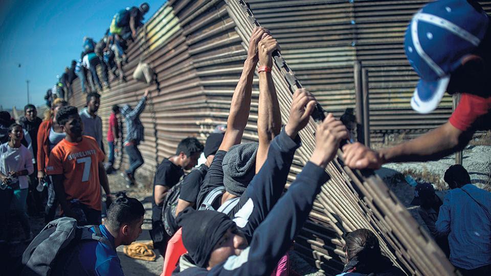 Un grupo de migrantes centroamericanos intentó subir a la valla.