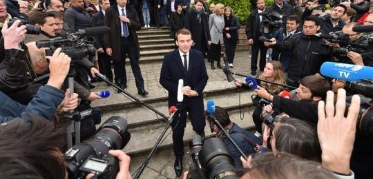 Emmnauel Macron, entouré de journalistes, lors de la campagne présidentielle.