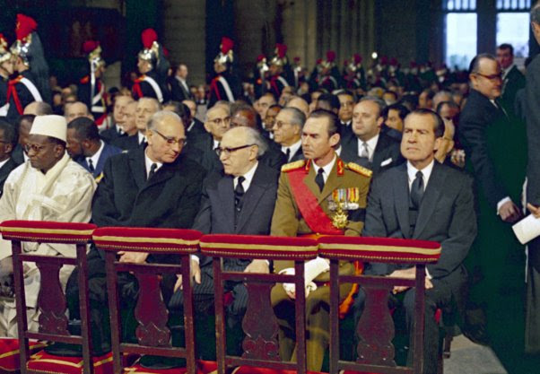 ichard Nixon seated with others in cathedral (© AP Images)