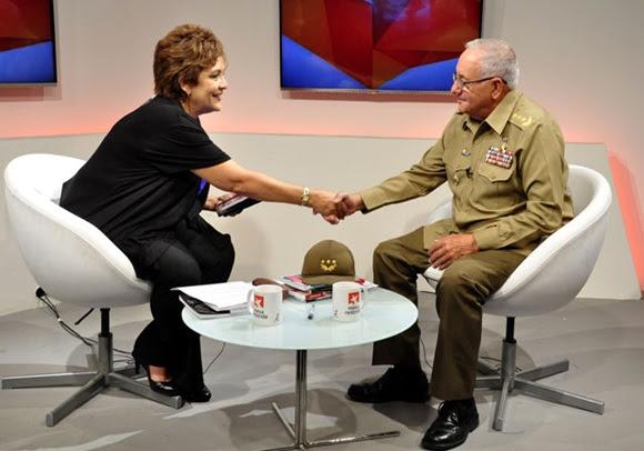 Ramón Espinosa Martín conversa con la periodista Arleen Rodríguez Derivert en el espacio de la Mesa Redonda