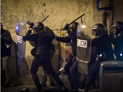Varios policías cargan contra un ciudadano/Efe