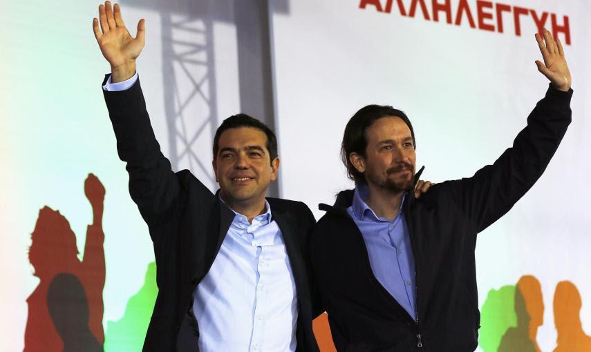 El líder de Syriza, Alexis Tsipras, y el secretario general de Podemos, Pablo Iglesias, saludan a los asistentes al mitin final de campaña, en Atenas. REUTERS/Yannis Behrakis