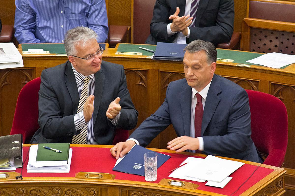 Semjén Zsolt miniszterelnök-helyyettes, KDNP-elnök és Orbán Viktor kormányfő 2013-ban a parlamentben. Taps a katasztrófához - Konyhás István / Népszabadság
