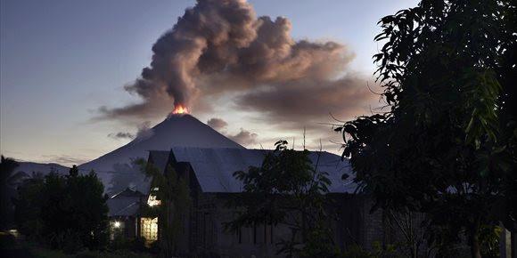4. Las autoridades indonesias elevan la alerta tras entrar en erupción un volcán en el norte de Célebes