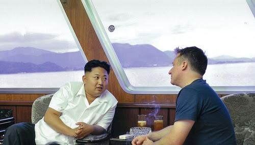 Kim Jong-un (trái) và Spavor trao đổi trên du thuyỠn năm 2013. Ảnh :AFP.