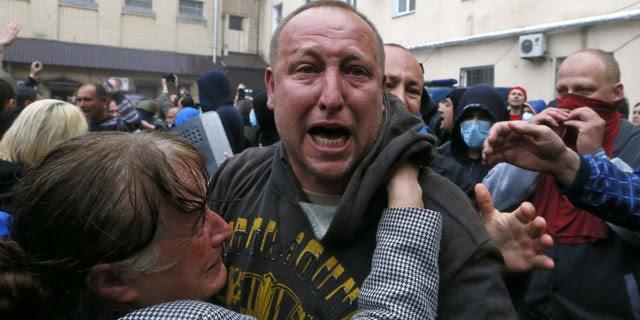Manifestantes y familiares de uno de los prorrusos detenidos durante los disturbios celebran su liberación. 4 de mayo de 2014. REUTERS/Gleb Garanich