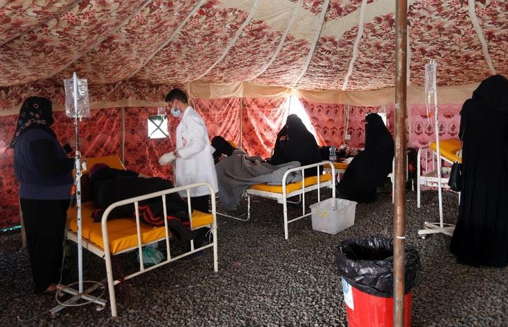 Des personnes suspectées d'être infectées par le choléra, dans un hôpital de fortune le 25 mai 2017 à Sanaa / AFP/Archives