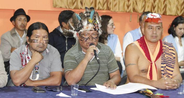 Líderes indígenas ecuatorianos durante las mesas de diálogo con el Gobierno de Lenín Moreno