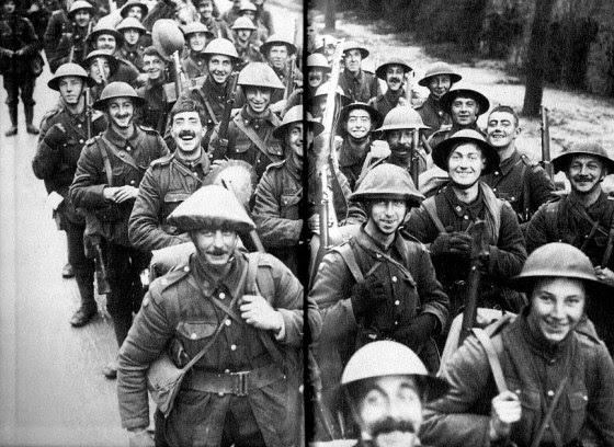 Soldados marchan eufóricas al frente de  la Primera Guerra Mundial