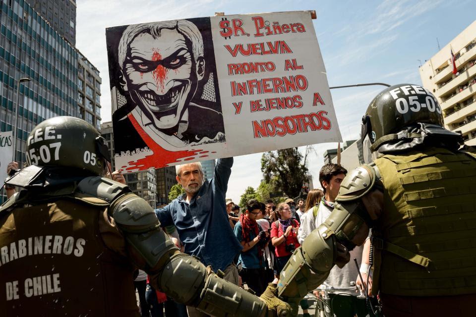 Un manifestante desafía a la represión olicial ayer en el centro de Santiago.