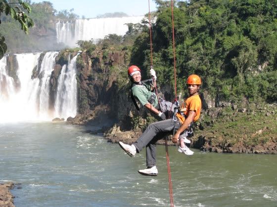 Cânion Iguaçu, em Foz do Iguaçu (PR). Rapel acessível, contemplando as cataratas, umas das 7 maravilhas naturais do mundo