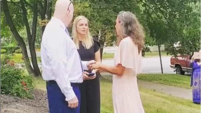 Mulher se casa com homem suspeito de matar o irmão dela