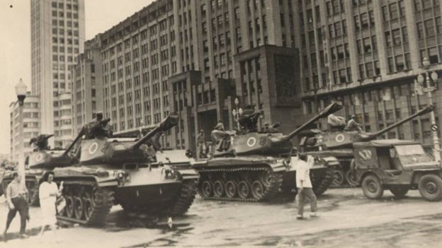 A imagem do jornal Correio da Manhã mostra o deslocamento de tanques militares em frente ao antigo Ministério do Exército, no Centro do Rio, logo após o golpe, no dia 2 de abril de 1964